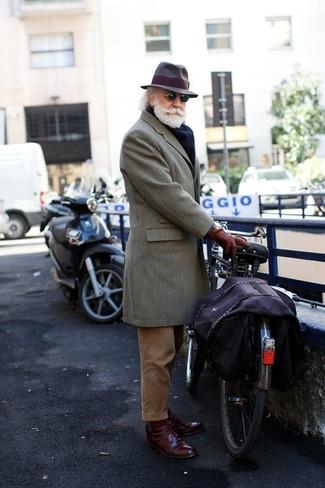 Comment porter: pardessus gris, pantalon de costume en velours côtelé marron, chaussures derby en cuir bordeaux, chapeau en laine marron foncé