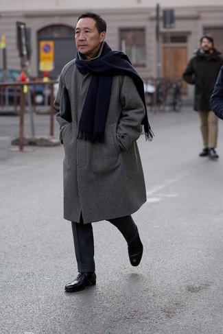 Comment porter: pardessus à carreaux noir et blanc, pantalon de costume en laine bleu marine, chaussures richelieu en cuir noires, pochette en cuir noire