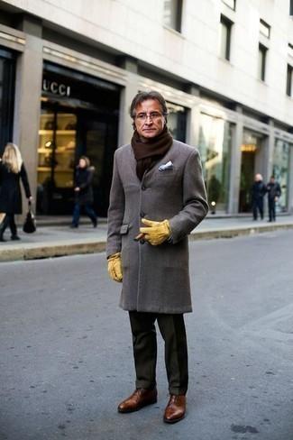 Comment s'habiller quand il fait frais: Pense à harmoniser un pardessus gris avec un pantalon de costume vert foncé pour un look classique et élégant. Une paire de des chaussures richelieu en cuir marron est une option avisé pour complèter cette tenue.