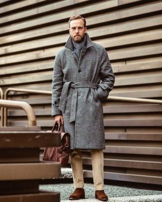 Comment porter une écharpe grise: Marie un pardessus gris avec une écharpe grise pour une tenue idéale le week-end. Choisis une paire de des chaussures richelieu en daim marron pour afficher ton expertise vestimentaire.