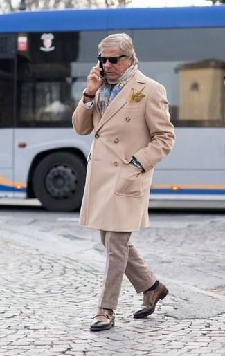 Comment porter: pardessus beige, pantalon de costume à carreaux beige, double monks en cuir marron, écharpe écossaise bleu clair