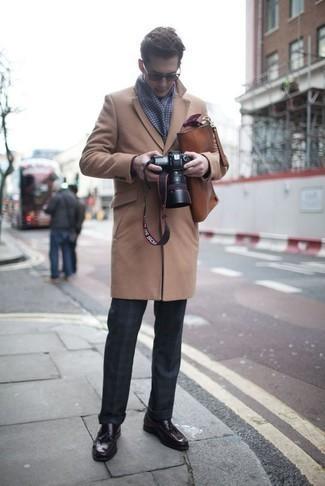 Comment porter une serviette en cuir marron: Opte pour un pardessus marron clair avec une serviette en cuir marron pour une tenue relax mais stylée. Habille ta tenue avec une paire de des mocassins à pampilles en cuir pourpre foncé.