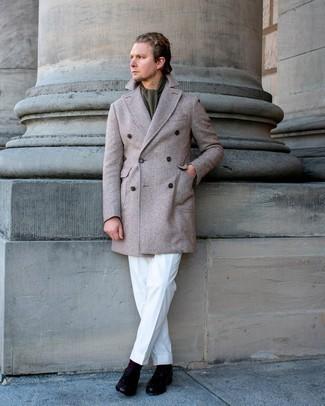 Comment s'habiller au printemps: Harmonise un pardessus à chevrons beige avec un pantalon de costume blanc pour un look pointu et élégant. Complète ce look avec une paire de mocassins à pampilles en cuir noirs. Cette tenue printanière est une de nos coups de cœur.