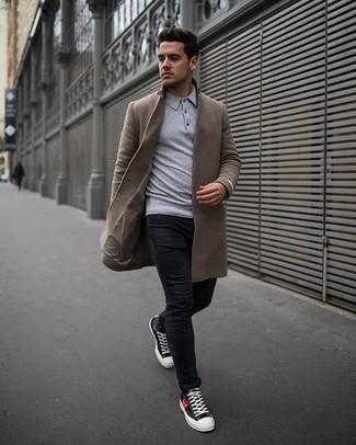 Comment porter des chaussettes marron foncé: Pense à opter pour un pardessus marron et des chaussettes marron foncé pour une tenue idéale le week-end. Une paire de des baskets basses en toile imprimées noires s'intégrera de manière fluide à une grande variété de tenues.