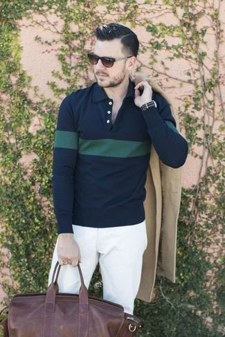Comment porter: pardessus beige, polo à rayures horizontales bleu marine et vert, pantalon chino blanc, grand sac en cuir marron foncé