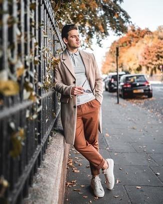 Comment porter des lunettes de soleil marron: Pense à porter un pardessus beige et des lunettes de soleil marron pour une tenue relax mais stylée. Une paire de des baskets basses en daim beiges est une option génial pour complèter cette tenue.