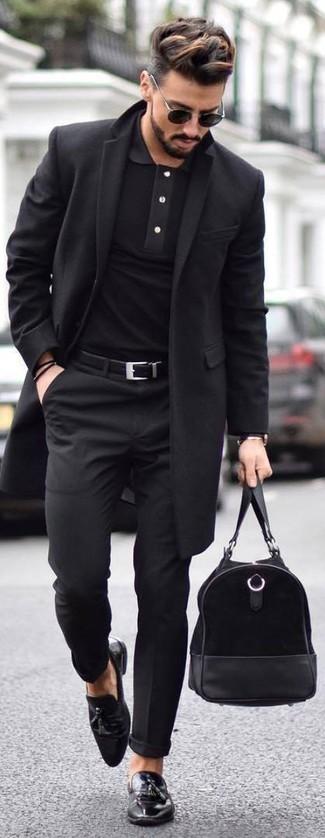 Comment porter: pardessus noir, polo noir, pantalon de costume noir, mocassins à pampilles en cuir noirs
