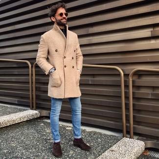 Comment porter: pardessus beige, pull à col à fermeture éclair noir, jean skinny bleu, chaussures richelieu en daim marron foncé