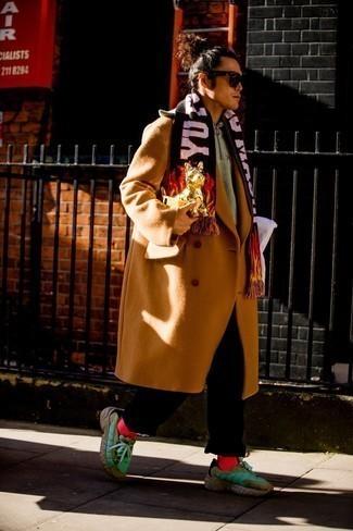 Comment porter des chaussettes rouges: Pense à harmoniser un pardessus tabac avec des chaussettes rouges pour une tenue relax mais stylée. Tu veux y aller doucement avec les chaussures? Termine ce look avec une paire de chaussures de sport vertes pour la journée.
