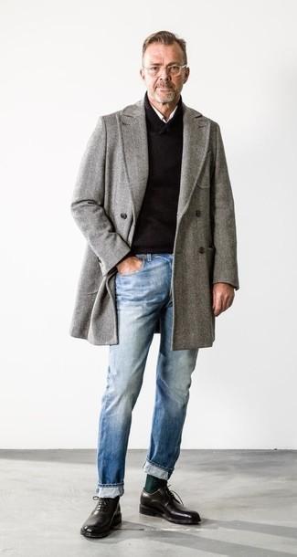 Comment porter un pardessus à chevrons gris: Pense à opter pour un pardessus à chevrons gris et un jean bleu clair pour un look idéal au travail. Jouez la carte classique pour les chaussures et termine ce look avec une paire de des chaussures richelieu en cuir noires.