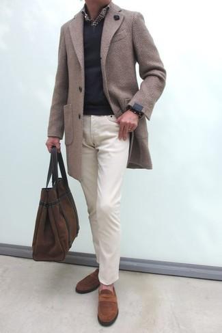 Harmonise un pull à col en v noir avec un pantalon chino beige pour obtenir un look relax mais stylé. Habille ta tenue avec une paire de des slippers en daim bruns.