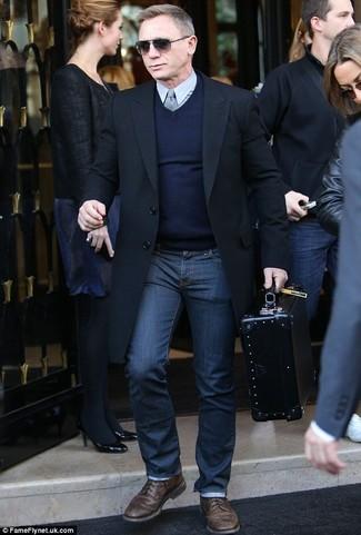 Tenue de Daniel Craig: Pardessus noir, Pull à col en v bleu marine, Chemise de ville grise, Jean bleu marine