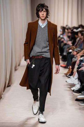 Comment porter: pardessus tabac, pull à col en v gris, chemise de ville bleu clair, pantalon de costume noir