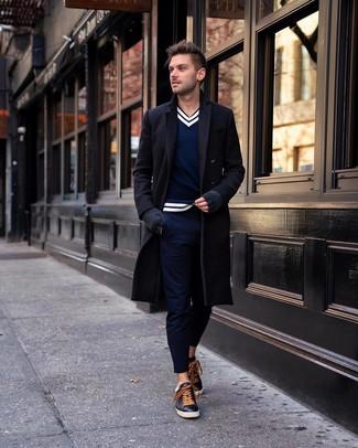 Comment porter: pardessus noir, pull à col en v bleu marine et blanc, pantalon chino bleu marine, baskets basses en cuir noires