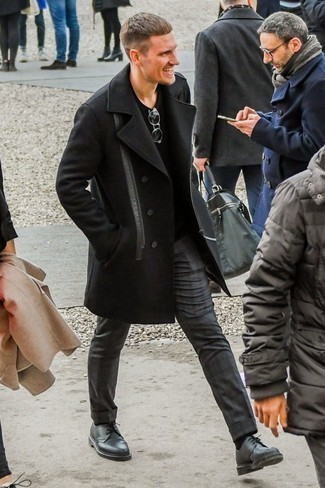 Comment porter un pull à col en v noir: Pense à porter un pull à col en v noir et un pantalon chino gris foncé pour obtenir un look relax mais stylé. Jouez la carte classique pour les chaussures et assortis cette tenue avec une paire de des chaussures derby en cuir noires.