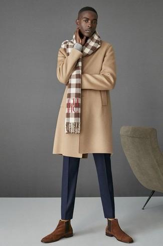 Quelque chose d'aussi simple que d'opter pour un pull à col en v gris hommes Merc of London et un pantalon de costume bleu marine peut te démarquer de la foule. Cette tenue se complète parfaitement avec une paire de des bottines chelsea en daim brunes.