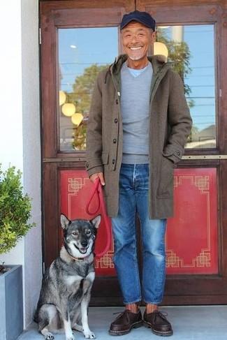 Comment porter: pardessus olive, pull à col en v gris, t-shirt à col rond bleu clair, jean bleu