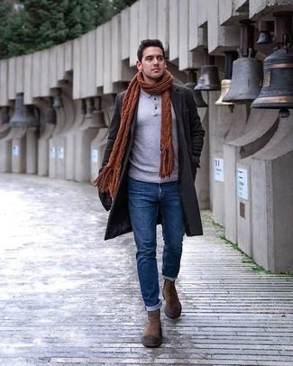 Comment porter des bottines chelsea en daim marron: Harmonise un pardessus gris foncé avec un jean bleu pour prendre un verre après le travail. Jouez la carte classique pour les chaussures et opte pour une paire de des bottines chelsea en daim marron.