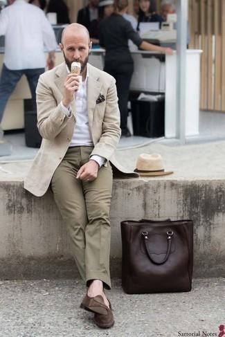 Comment porter un chapeau de paille beige: Opte pour le confort dans un pardessus beige et un chapeau de paille beige. Opte pour une paire de des slippers en daim marron pour afficher ton expertise vestimentaire.