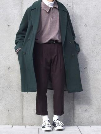 Comment porter: pardessus vert foncé, pull à col polo pourpre, pull à col roulé blanc, pantalon de costume marron foncé