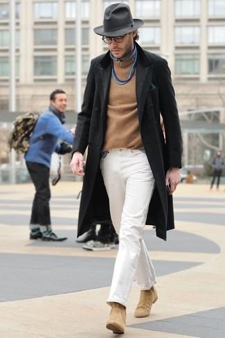 Comment porter: pardessus noir, pull à col rond marron clair, chemise à manches longues en chambray bleue, pantalon chino blanc