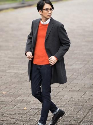 Comment porter: pardessus écossais gris foncé, pull à col rond orange, chemise à manches longues blanche, jean bleu marine