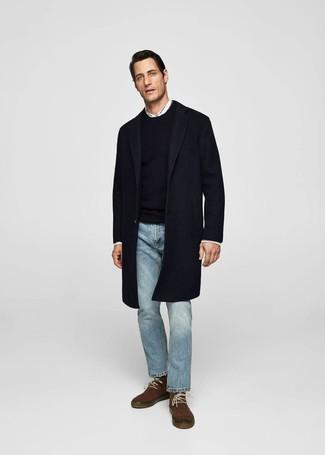 Comment porter: pardessus bleu marine, pull à col rond noir, chemise à manches longues blanche, jean bleu clair