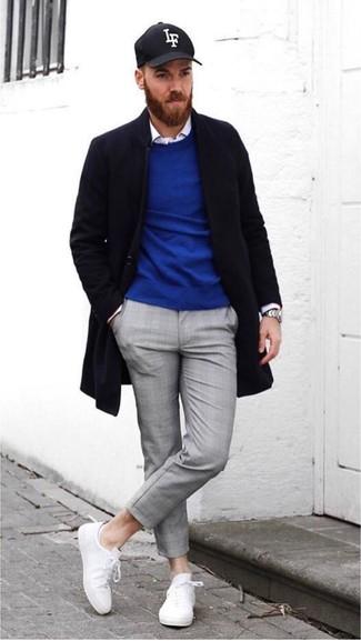 Comment porter: pardessus noir, pull à col rond bleu, chemise à manches longues blanche, pantalon chino gris