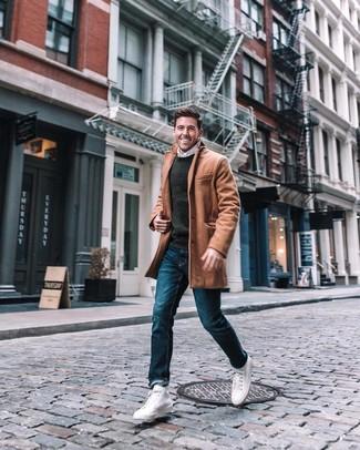 Comment porter: pardessus marron clair, pull à col rond gris foncé, chemise à manches longues blanche, jean bleu
