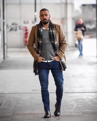 Comment porter: pardessus marron clair, pull à col rond gris, chemise à manches longues blanche, jean bleu marine