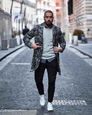 Comment porter: pardessus en tweed noir et blanc, pull à col rond gris, chemise à manches longues en chambray bleue, pantalon chino noir