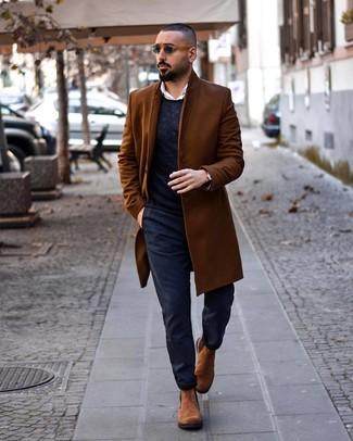 Comment porter: pardessus marron, pull à col rond bleu marine, chemise à manches longues blanche, pantalon chino bleu marine