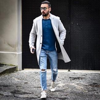 Comment porter: pardessus gris, pull à col rond bleu, chemise à manches longues blanche, jean déchiré bleu clair