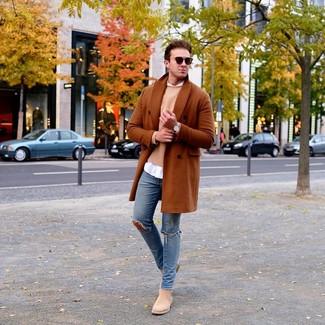 Comment porter: pardessus tabac, pull à col rond marron clair, chemise à manches longues blanche, jean skinny déchiré bleu