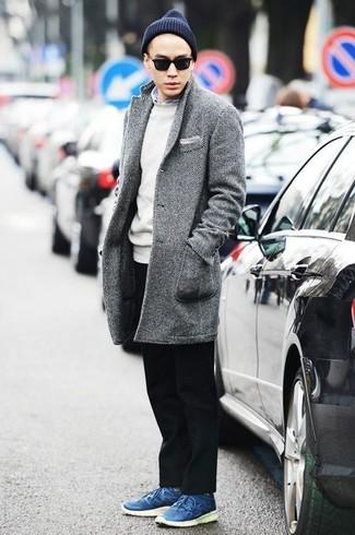 Comment porter un pull à col rond blanc: Pense à harmoniser un pull à col rond blanc avec un pantalon chino noir pour une tenue confortable aussi composée avec goût. Tu veux y aller doucement avec les chaussures? Complète cet ensemble avec une paire de des baskets basses en cuir bleues pour la journée.