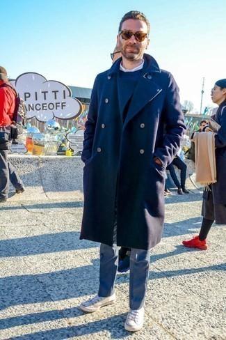 Comment porter un pantalon de costume gris: Opte pour un pardessus bleu marine avec un pantalon de costume gris pour une silhouette classique et raffinée. Jouez la carte décontractée pour les chaussures et termine ce look avec une paire de des baskets basses en toile blanches.