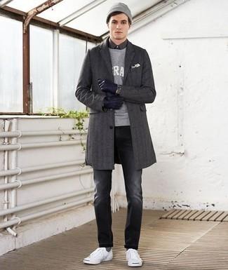 Comment porter un pardessus gris foncé: Pense à porter un pardessus gris foncé et un jean gris foncé pour un look idéal au travail. Si tu veux éviter un look trop formel, opte pour une paire de des baskets basses en toile blanches.
