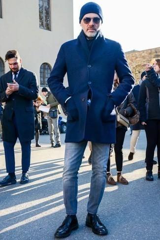 Tendances mode hommes: Harmonise un pardessus bleu avec un jean bleu clair pour un look idéal au travail. Une paire de des chaussures derby en cuir noires apportera une esthétique classique à l'ensemble.