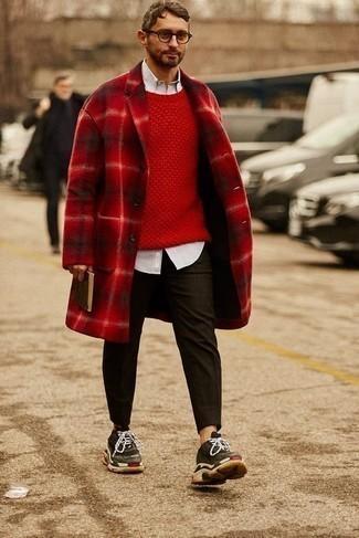 Comment porter un pantalon chino marron foncé: Essaie d'associer un pardessus écossais rouge avec un pantalon chino marron foncé pour aller au bureau. Si tu veux éviter un look trop formel, complète cet ensemble avec une paire de des chaussures de sport marron foncé.