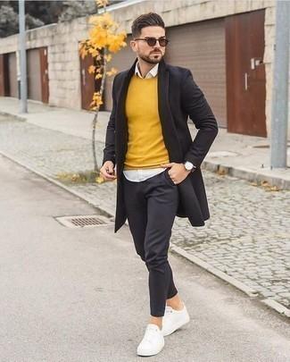 Comment porter des lunettes de soleil marron: Pense à marier un pardessus noir avec des lunettes de soleil marron pour un look idéal le week-end. Complète ce look avec une paire de des baskets basses en toile blanches.