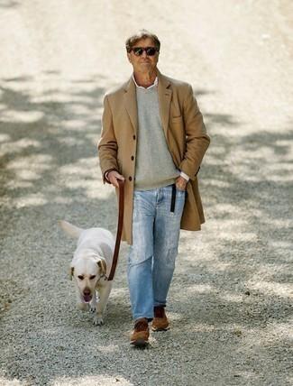 Comment s'habiller quand il fait frais: Harmonise un pardessus marron clair avec un jean déchiré bleu clair pour un look de tous les jours facile à porter. Si tu veux éviter un look trop formel, choisis une paire de des chaussures de sport marron.