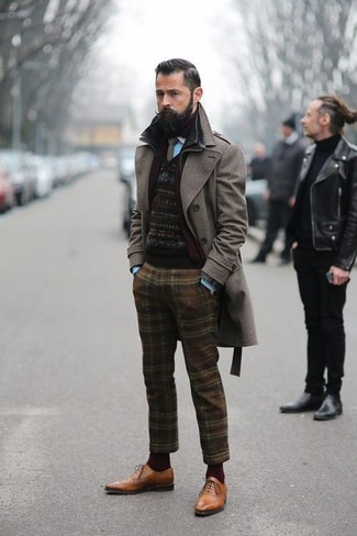 Comment porter: pardessus marron foncé, pull à col rond en jacquard noir, chemise à manches longues turquoise, pantalon de costume en laine écossais marron
