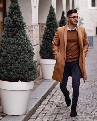 Comment porter un pardessus marron clair: Associe un pardessus marron clair avec un jean skinny bleu marine pour une tenue idéale le week-end. Jouez la carte classique pour les chaussures et fais d'une paire de des bottines chelsea en daim noires ton choix de souliers.