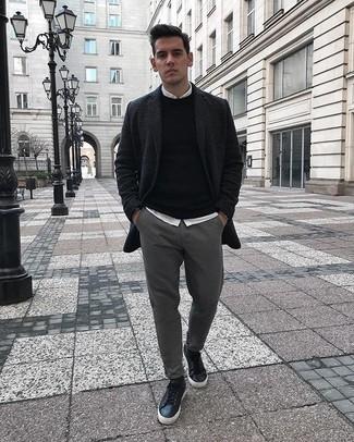 Comment porter un pull à col rond noir: Choisis un pull à col rond noir et un pantalon chino gris pour obtenir un look relax mais stylé. Si tu veux éviter un look trop formel, termine ce look avec une paire de des baskets basses en cuir noires.