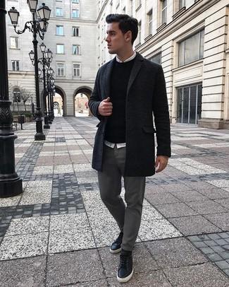 Comment porter un pull à col rond noir: Essaie de marier un pull à col rond noir avec un pantalon chino gris pour obtenir un look relax mais stylé. Si tu veux éviter un look trop formel, fais d'une paire de des baskets basses en cuir noires ton choix de souliers.