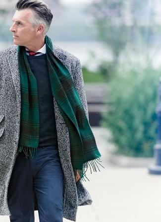 Comment porter: pardessus gris, pull à col rond bleu marine, chemise de ville blanche, pantalon de costume en laine bleu marine