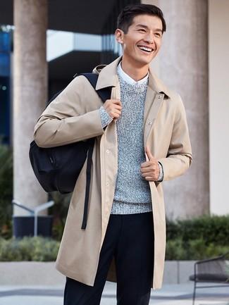 Comment porter: pardessus beige, pull à col rond gris, chemise de ville blanche, pantalon de costume noir