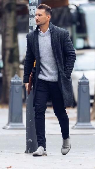 Pour créer une tenue idéale pour un déjeuner entre amis le week-end, marie un pull à col rond gris Anvil avec un pantalon chino noir. D'une humeur créatrice? Assortis ta tenue avec une paire de des bottines chelsea en daim grises.