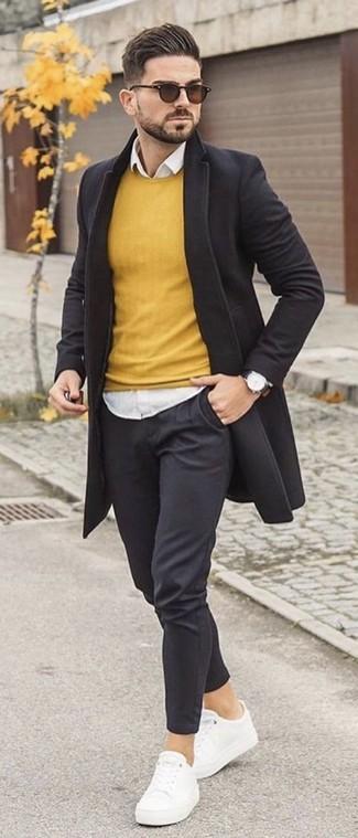 Comment porter: pardessus noir, pull à col rond jaune, chemise de ville blanche, pantalon chino noir