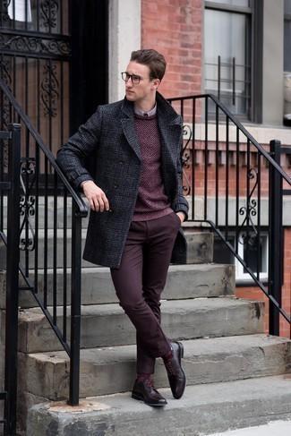 Comment porter un pull bordeaux: Associe un pull bordeaux avec un pantalon chino bordeaux pour une tenue confortable aussi composée avec goût. Jouez la carte classique pour les chaussures et complète cet ensemble avec une paire de des chaussures derby en cuir bordeaux.